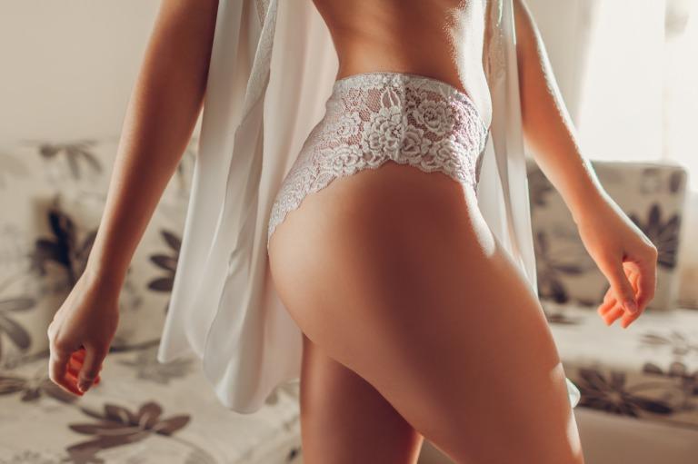 ショーツ姿の細い女性