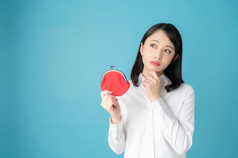 財布を持っている女性
